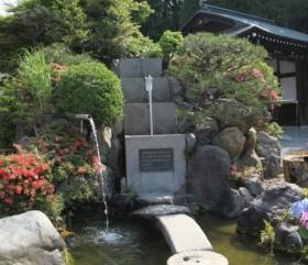 三層に分かれた枡より漏れ落ちる水の量により時間を計るわが国最初の時計。(近江神宮)