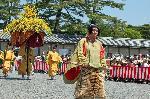 葵祭 路頭の儀 : 勅使列最後尾を飾る風流傘