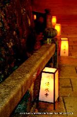 盂蘭盆会 千日詣り : 参詣道の露地行灯