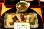 年末行事 : にぎり寿司のような創作焼餅はトッピングがいろいろ