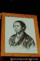 明治維新 薩長同盟 勤皇倒幕 : 本殿前におかれた肖像画
