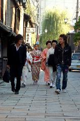 明治維新 : 現代版 勤王志士と舞芸妓の闊歩イメージ