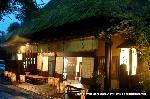 愛宕古道街道灯し : 鮎茶屋蔦屋の灯りはしっとりとしている