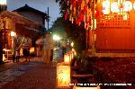 愛宕古道街道灯し : 五色の短冊が軒端の笹にかけられた地蔵堂