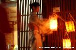 愛宕古道街道灯し : 手提げ提灯を売る艶やかな浴衣姿の女性