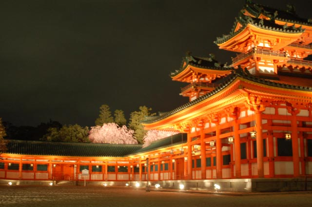 夜桜、紅しだれ 平安神宮神苑