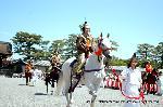 葵祭 路頭の儀 : 舞装束の乗尻(騎馬隊)が葵祭を先導する