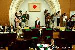 祇園祭 くじ取り式 : 引いたくじを読み上げ、参集者に示される