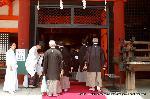 祇園祭 くじ取り式 社参 : 禰宜に迎えられ、殿上で祭礼の安全を祈願