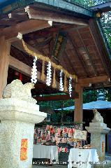 初詣 狛犬 狛龍 パワースポット : 神宝宮本田の前には天龍・地龍が座っている