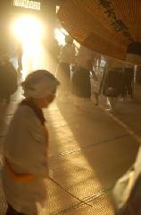 お煤払い : 清らかな朝の光が差し込む