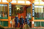 おけら参り 晦日 : 西門から入門規制の石段下を見下ろす警官