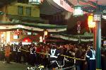 おけら参り 晦日 : 八坂さんへの初詣を待つ参拝者