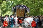 葵祭 路頭の儀 : 御所で観るも良し、下鴨神社で観るも良し、はたまた上賀茂神社で観るも良し。 しかし、ここがあるのを忘れてはならない。昼食の弁当を鴨川縁で食べて待てばよい。