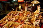 歳の市 : サアーとばかりに、御用納めとなった市内では、正月の買出しに各商店街は黒山の人出となっています。 ここ錦市場商店街は京の台所との別名を持ちますが、威勢のよい声にも弾みがついて、年末ムードが最高潮に達しています。 さて、値札を見て怖気づきますが、祝鯛を睨んで、どうしようかと。