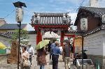 六道まいり : 立秋を迎える頃、京都・六道珍皇寺では「六道まいり」といわれる先祖の霊をお迎えする行事が行われます。 平安の昔には葬送地・鳥辺山の入口に位置したことからあの世に通じる所であるとされています。