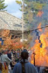 お火焚き 聖徳太子御火焚祭 : 11月の「お火焚き」は、新嘗祭を前にした京都特有の「火祭り」です。 月半ばを過ぎても、16日のゑびす神社、20日の城南宮、22日の広隆寺、23日の建勲神社、車折神社など、記しきれないほどに毎日のように市内の各氏神が控えています。 写真は広隆寺のお火焚きです。