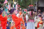 精大明神例祭 七夕祭 : 「七夕小町をどり」は、 江戸時代初期・中期に、京都などで七夕(たなばた)の日に少女たちの踊った風流踊りのこと。 美しく着飾り、太鼓で拍子をとって踊ったといわれています。 乙女たちが七夕の大笹を廻り、技能・芸能の上達を祈って踊り歩いた故事にちなみ、 あでやかに踊るまさに夏の風物詩です。