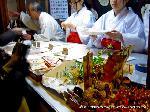 f初ゑびす : 「今宮ゑびす」「西宮ゑびす」と比べると、報道が地味な「京のゑべっさん」であるが、京都の8日から12日の5日間は、貧乏神といわれようと、祇園に近い四条縄手通より下の一帯は昼夜ともワクワクさせてくれる。 祭礼は1月8日から12日の5日間に渡り、以下の神事を中心に初ゑびすが執り行われる。1月8日:招福祭 9?23時 9日:宵ゑびす祭 10日:十日ゑびす大祭 夜通し11日:残り福祭  ?24時 12日:撤福祭 9?22時