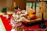 雛飾り : 桃の節句が近づきました。市内の人形店のショーウインドーを見て、慌てて自宅の人形も飾らなくてはと・・・そんな方はいらっしゃいませんか? 旧暦で考える京都では、お雛様を春分の日までは飾っています。五月人形と入れ替わりして飾ります。
