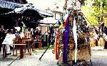 どんど焼き : 左義長のおこりは、平安時代に清涼殿の東庭で青竹を束ねて立てて、毬杖(ぎちょう)三個を結び付け、さらに扇子や短冊などをも結び、陰陽師が謡い囃しながらこれを焼く「左義長」という行事に由来しています。  毬杖とはお正月の鞠遊びに使う鞠(まり)のことです。あがる炎で書初が高く舞い上がると書が上手になるそうです。 市内各神社で小正月15日まで執り行われます。