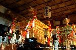 岩倉火祭 : 「岩倉火祭」は素朴でひなびた心温まる祭で、見せる為のものではない。  氏子達が楽しみ願い感謝する祭の原型が見られる。  祭礼は旧岩倉村6か町から構成される「宮座」によって執り行われ、「鞍馬の火祭」で松明の製作や祭りを担う「大惣仲間」等の組織と同種で、伝統的な祭祀組織が残っている。 以前は、「時代祭」の夜に「鞍馬の火祭」、そしてその明け方3時に石座神社の大松明に点火されるのが見られた。現在は、23日に最も近い土曜日に火祭りが行われている。