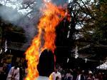お火焚き祭 : 御火焚祭は大祓とともに貴船神社に古くから伝わる神秘な神事で、別名「貴船もみじ祭」とも言われています。 6月は水の霊力で、11月は火の霊力により人々の罪穢を取り除く、いずれもお清めの神事ですが、水の神様は火の神様からお生まれになったという貴船大神御出現の故事を今に伝える重要な神事でもあります。  本殿で、ロクロヒキリと呼ばれる古来からの火をおこす道具で神聖な火をおこし、護摩数千本を神職・参列者らが奉唱する大祓の中、忌火で焚きあげられ、秋空高く罪穢とともに消えてゆきます。(護摩木奉納 300円)  http://kibune.jp/