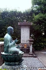 信長忌 本能寺の変 : 碑には、「総見院殿贈一品大相圀泰岩大居士」と「大雲院殿三品羽高岩大前条定門」と並んで刻まれていた