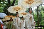 お田植祭  : 本殿から神田へ続く道は鬱蒼とした森にある
