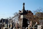 観梅 黒谷の紅梅 供養塔 : 時の権力者の威光を表すかのごとく立派な供養塔