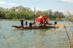 松尾祭 船渡御 : 桂離宮近くの堤から桂川を横切り、東岸の河原斎場への船渡御