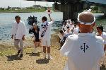 松尾祭 船渡御 : 松尾大社の神紋である双葉葵が法被に見られる。