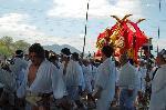 松尾祭 船渡御 : 桂川を船で渡御し河原斎場へ、その後氏子町のお旅所へ向かう。