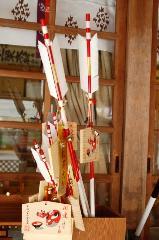 松尾祭 守護札 : 主祭神オオヤマクイノミコトのご神体鳴鏑に肖った破魔矢。