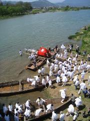 松尾祭 船渡御 : 還幸祭船渡御での接岸時の陸揚げの様子