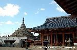 六斎念仏踊り 石仏 節分 地蔵盆 : 千体仏塔と本堂が並ぶ