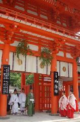葵祭 御蔭祭 : 下鴨神社に神霊を迎えるべく神馬の行列が、上高野の「御蔭神社」に向かう。