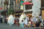 祇園祭 神宝奉持列 : 持ち方で誇りの高さが伺える