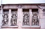 京都近代建築遺産 : 窓枠があるが、真ん中の壁飾りが外されている