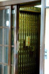 京都近代建築遺産 : アコーディオン扉式のエレベーター籠