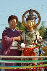 二十五菩薩お練り供養 : 仏教で用いる呪文、言葉の力で仏法を保持して悪法を防ぐ陀羅尼菩薩は衣をひるえした舞姿