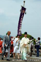 三船祭 春祭 : 巡幸を先導する神官と幟