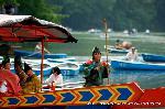 三船祭 春祭 : 竹竿一本で舟は操られる