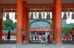 夏越祓 茅の輪くぐり : 応天門の柱につけられた茅の輪