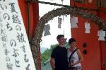 夏越祓 茅の輪くぐり : 外人さんは茅の輪で記念撮影