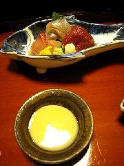 山の辺料理 鮎料理 月鍋 猪熊鍋 : 向付 / 鹿と岩魚と鯉の刺身に、辛味大根と山葵と菊が付け合せとなっている。