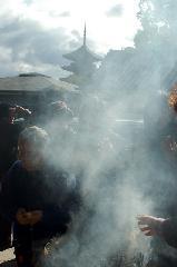 終い弘法  弘法さん 御影供 : 線香の煙に五重塔