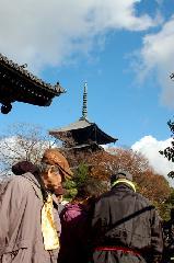 終い弘法  弘法さん 御影供 : 南大門前から五重塔