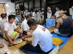 gion fes photo : 丸十田中商店 田中 正人さん ゴマ塩、梅干し、おこうこのみ。竹の皮に包みます。これがうまいんだな!
