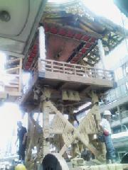 祇園祭 : 組み立て中の鉾